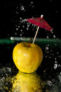 Spritzen auf Apfel Stockbild