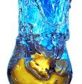 Spritzen der Flüssigkeit in einem Glas Stockfotografie