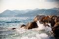 Spruzzatura rocciosa della riva e delle onde di mare Fotografie Stock Libere da Diritti