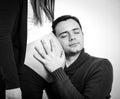 Stäng sig upp av en man som kysser buken av hans älskvärda gravida fru Royaltyfri Bild