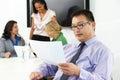 Stående av affärsmanin boardroom with kollegor Arkivbild