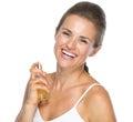 Stående av att le den unga kvinnan som applicerar doft Royaltyfri Bild
