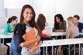 Stående av den bärande ryggsäcken för säker kvinnlig högskolestudent Arkivbild