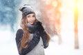Stående för ung kvinna för vinter parkerar den glade modellen girl som för skönhet skrattar och har gyckel i vinter härlig Royaltyfri Foto