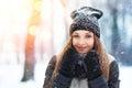 Stående för ung kvinna för vinter parkerar den glade modellen girl som för skönhet skrattar och har gyckel i vinter härlig Royaltyfri Bild