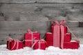 Stoh z vianočné darčeky sneh na šedá drevený