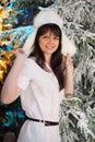 Standplatz der jungen Frau nahe Bäumen im Schnee Lizenzfreies Stockfoto