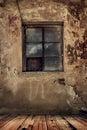 Stanza in una vecchia casa abbandonata Fotografia Stock Libera da Diritti