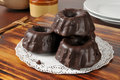 Stapel minichocolade behandelde bundt cakes Royalty-vrije Stock Afbeelding