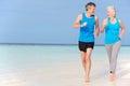 Starszy para bieg na piękny plażowy ono uśmiecha się Obraz Royalty Free