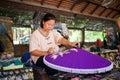 Stary azjatykci kobiety obsiadanie obraz purpurowy drewniany parasol Zdjęcia Royalty Free