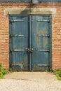 Stary ośniedziały padlocked błękitny metalu drzwi Obrazy Royalty Free