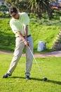Stattlicher junger Golfspieler in der Tätigkeit Stockbilder