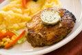Steak von Schweinefleisch, grillen-mit Salat der Kartoffeln Lizenzfreie Stockbilder