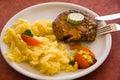 Steak von Schweinefleisch, grillen-mit Salat der Kartoffeln Stockfotografie