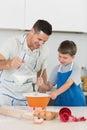 Stekheta kakor för fader med sonen Royaltyfria Foton