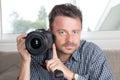 Stäng sig upp den lyckliga bra seende unga manliga fotografen taking picture Royaltyfri Bild