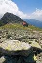 Kamenný horský hřeben a chata