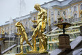 Storslagen kaskad för springbrunnar i pertergof st petersburg ryssland Royaltyfria Foton