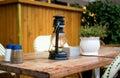 Straßenkaffetabelle mit alte Art Treibstofflampe Stockfotos