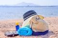 Strand tasche und sun hut auf sunny deserted beach Lizenzfreies Stockfoto