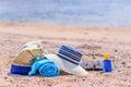 Strand tasche und sun hut auf sunny sandy beach Stockfotos