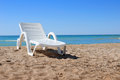 Strandstuhl auf dem Sand Stockfotos