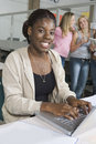 Studente di college femminile using laptop Immagini Stock Libere da Diritti