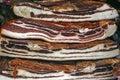 Stukken van gerookte varkensvleesbacon en ham over lappen Royalty-vrije Stock Afbeelding