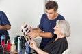 Styliste en coiffure choisissant la couleur de cheveux pour le client Photographie stock libre de droits