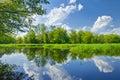 Río nubes azul cielo verde