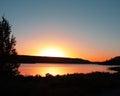 Sun plaçant au dessus du lac la californie big bear Photos stock