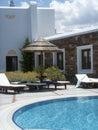 Sunbeds y choza por la piscina Fotos de archivo libres de regalías