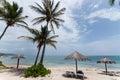 Sunny caribbean beach con sunloungers y los paraguas Imágenes de archivo libres de regalías