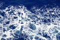 Surface bleu-foncé d'eau de mer avec l'ondulation Photos stock