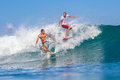 Surfando uma ressaca area indonesia de wave gland Imagem de Stock