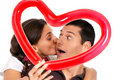 Surprise de baiser de coeur de ballon de jeunes couples Photo libre de droits