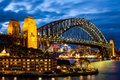 Sydney harbour bridge bij blauwe nacht Stock Foto