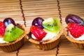 Syrlig och träbakgrund för mini frukt Arkivfoto