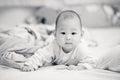 Szczęśliwy azjatycki dziecko na łóżku czarny white Zdjęcie Stock