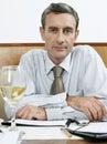 Tabela de sitting at restaurant do homem de negócios Fotografia de Stock
