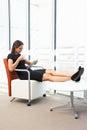 Tableta de relaxing with digital de la empresaria Imagen de archivo libre de regalías