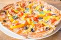 Tamaño grande de la pizza hecha en casa fresca Imagen de archivo libre de regalías