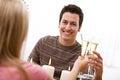 Tarjeta del día de san valentín hombre que tiene champagne at romantic dinner Fotos de archivo libres de regalías