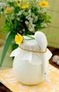 Tarro cubierto con un poco de producto lácteo Foto de archivo libre de regalías