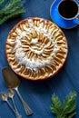 Tarte aux pommes tasse de café omoplate et cuillères Photographie stock