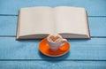 Tasse de café avec le livre Images libres de droits