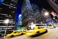 Taxis in de nacht in New York Stock Foto