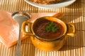 Tazza della minestra del pomodoro sul tovagliolo di bamb�. Immagine Stock Libera da Diritti