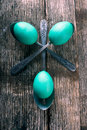 Teal easter eggs met lepels Royalty-vrije Stock Foto's